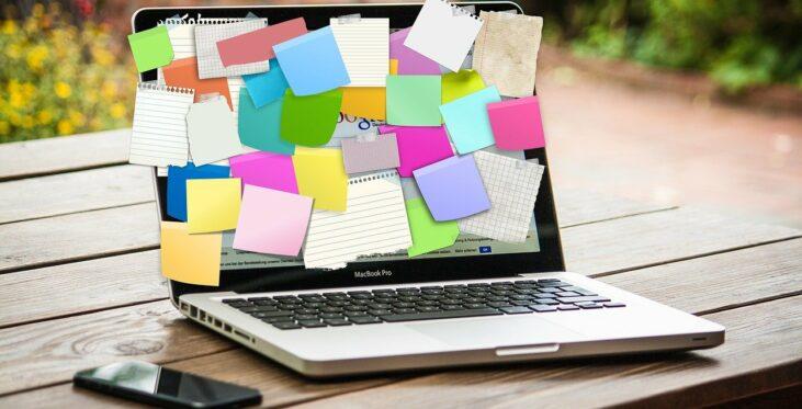 Laptop mit Notizzettel