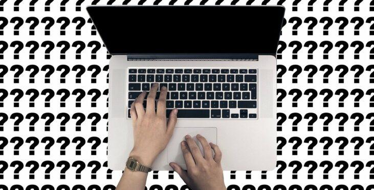 Laptop - herum sind Fragezeichen